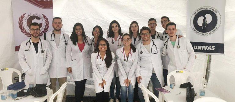Alunos da Univás participam de ação de saúde em Pouso Alegre